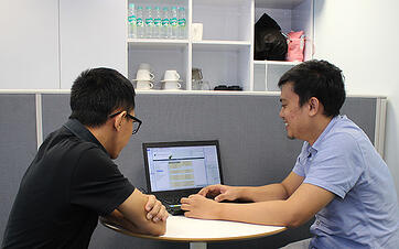 ディマスとアディは、日系企業に求められる システム運用について頻繁に意見を出し合う。